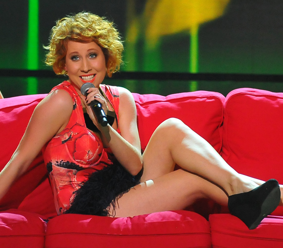Barnicskó Vali egy tollas miniruhában mutatta meg lábait.
