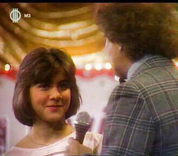 """Ábel Anita is egy múltbéli fotóval aratott nagy sikert: """"Ezt ma küldte egy barátom... azt hiszem talán 1990? valakinek én voltam a """"Három Kívánsága"""". Így hívták a legendás műsort, amelynek műsorvezetője a képen háttal álló Dévényi Tibor volt."""