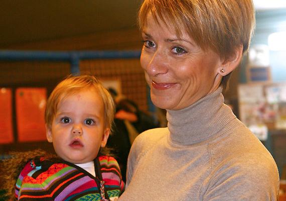 Jakupcsek Gabriellának már két felnőtt fia volt, amikor 2008-ban világra hozta kislányát, Emma Rózát. A műsorvezető 45 évesen lett harmadszorra anya, és többször nyilatkozta, egy kisbaba mellett nem érezheti magát öregnek.