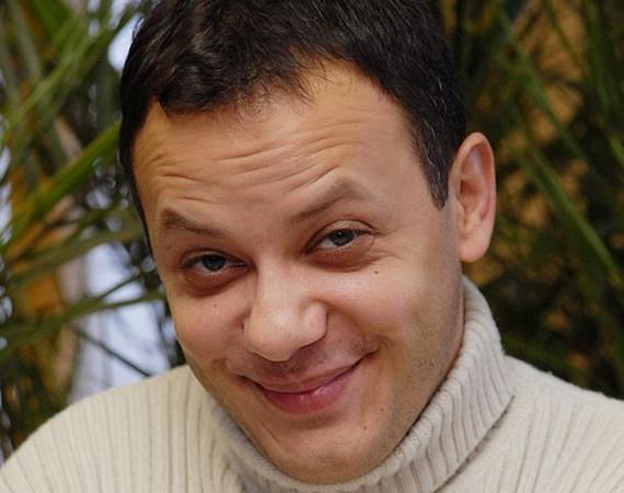 Damu Rolanddal bírósági ügyei miatt szerződést bontott a csatorna. Várnagy Előd karakterére még szükségük volt, így azt Szikszai Rémusz vette át, akit a 2012-es évad végén lelőttek.