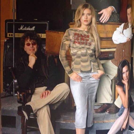 Ezt a korábban sosem látott fotót októberben osztotta meg rajongóival. A felvételen, amely 2002-ben készült, Presser Gáborral látható, aki a Szerelem utolsó vérig című film zenéjét írta, a betétdalt pedig Király Linda énekelte. A képen jól látszik, hogy 14 évvel ezelőtt mennyivel karcsúbb volt.