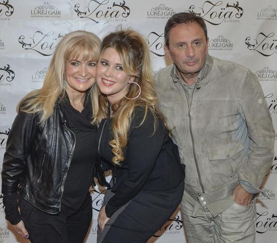 Király Lindát szülei, Gabriella és Tamás kísérték el a Zoia-Europe divatbemutatójára, ahol lányuk modellként debütált.