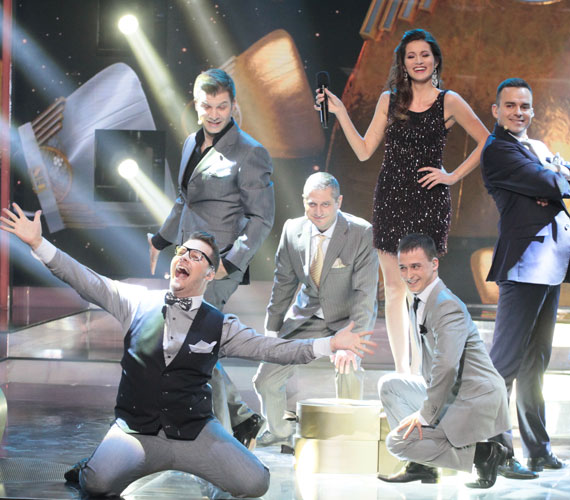 A Group'N'Swing zenekar arca, a Voice felfedezettje, a versenyben szóló énekesként induló Gájer Bálint, de a zenekar nélküle is bejutott A Dalba. A zsűri több tagja is kiemelte, milyen remekül és pontosan énekelt Mihályi Réka énekesnő. 34 pontot kaptak, a nézők juttatták őket a középdöntőbe. A Retikül itt hallható »