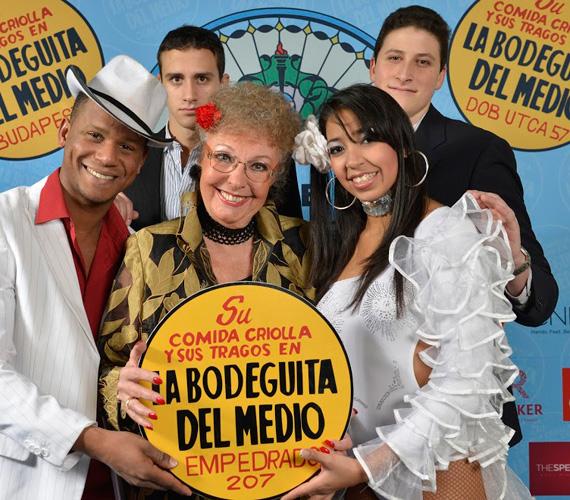 A Barátok közt egykori sztárja, a Magdi anyust játszó Fodor Zsóka is nagy örömmel fotózkodott a forróvérű salsa táncosok koszorújában.