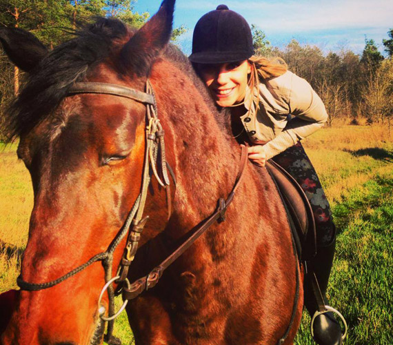 Kiss Ramóna a lovaglás nagy szerelmese, erről is tett ki a napokban egy képet.