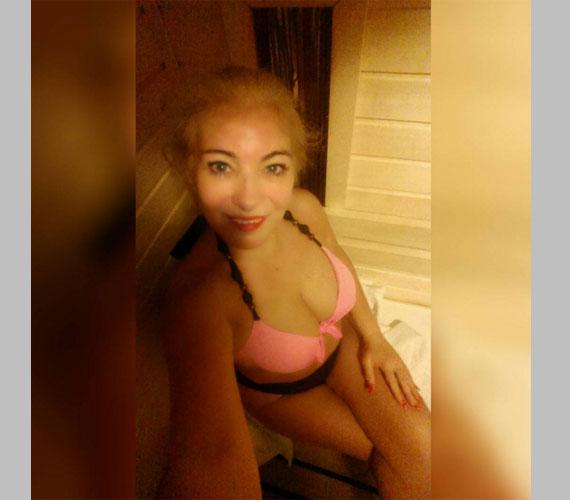 A naptárdíva nem állt le a bikinis fotók posztolásával, a szaunából is készített egy szelfit.