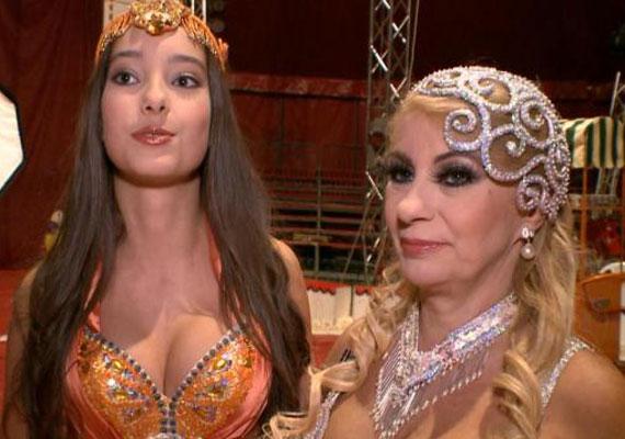 Kiszel Tünde és lánya néhány képen keleti hercegnőként látható - utóbbi egy 14 éves lányhoz képest talán túl merészen dekoltált ruhában.