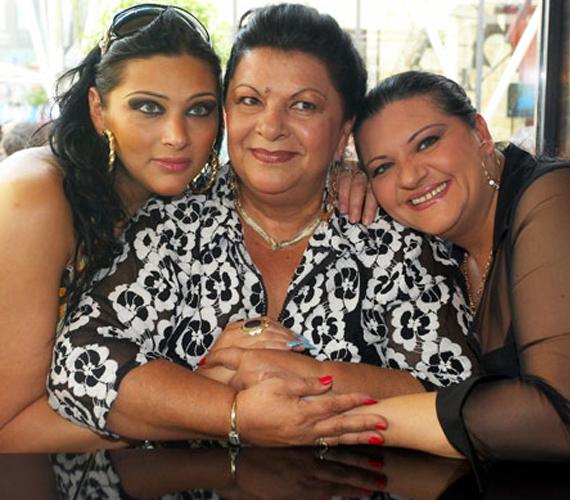 A 65 éves Kossuth-díjas énekesnő, Bangó Margit imádja unokáját, Jellinek Tinát. A fiatal nő édesanyja Bangó Margit lánya, az édesapja pedig a művésznő exférje. Tina férje az ismert magyar énekes, Emilio. Van egy négyéves kislányuk, Vivien Noa.