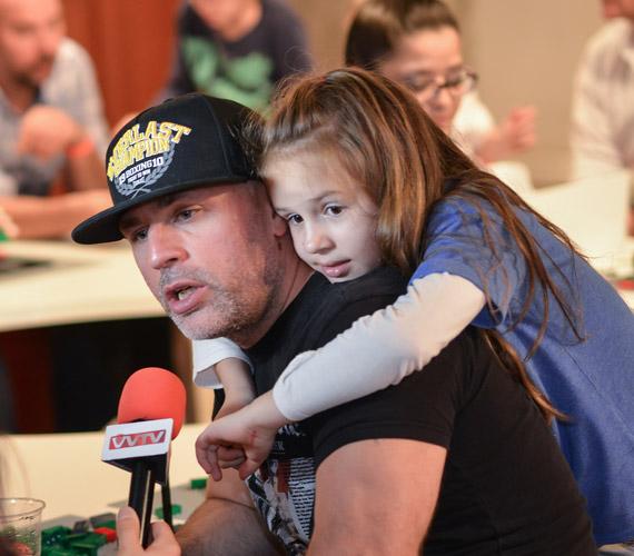 A szabadszájú rapper, Dopeman is egy tündéri kislány édesapja. A hétéves Fanni láthatóan elfáradt játszás közben.