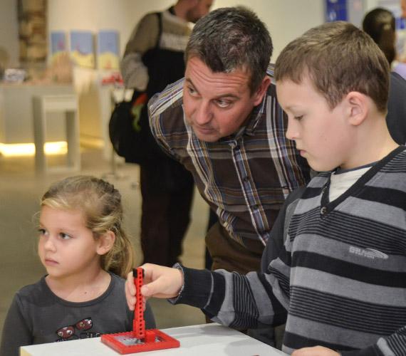 Klausmann Viktor gyerekei közül nemcsak a nyolcéves Dominikot, de az öt és fél éves Tamarát is lekötötték az építőkockák, illetve az azokból készült alkotások.