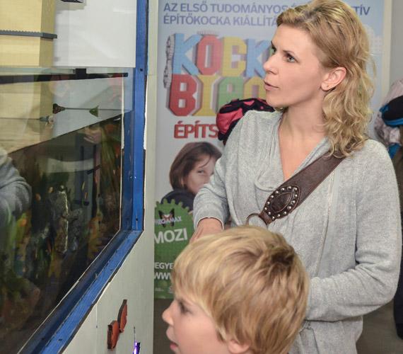 Schell Judit színésznő középső gyermekével, a hatéves Boldizsárral nézte meg a kockabirodalmat.