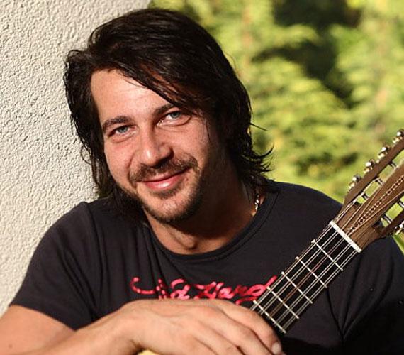Fiesta zenekar 46 éves alapítója, Knapik Tamás jövő tavasszal először lesz apa, 20 évvel fiatalabb szerelme, Kata kisbabával ajándékozza meg.
