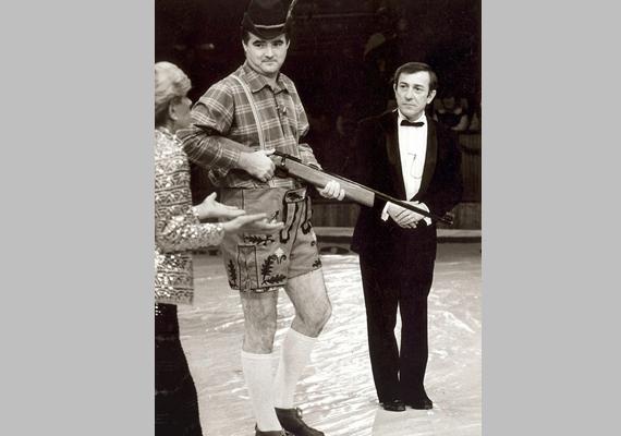 A sportműsorok mellett a nézők láthatták választási műsorokban is - a Választások '94 kampányzáró vitaműsort is ő vezette -, de kabaréműsorokban is feltűnt. A képen Antal Imrével és Kudlik Júliával a Kész cirkusz - színészek, tévések a porondon című produkcióban.