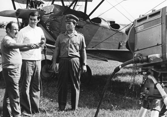A fiatal Knézy Jenő fehér pólóban, még 1974-ben, riporterként a Fegyveres Erők Napján.