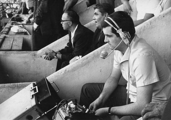1984-ben közvetítés közben. 1974-től 2002-ig valamennyi labdarúgó-világbajnokságon kint volt, háromszor a döntőt is közvetítette Az 1972-es müncheni nyári játékoktól kezdve egészen a 2002-es téli játékokig az olimpiákról is tudósított.