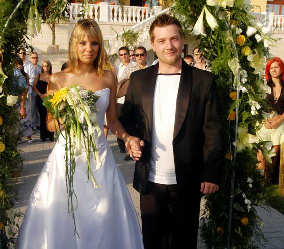 Bánszki László, vagyis Timó 24 éves volt, amikor feleségül vette az ikreikkel várandós Pintér Adriennt, vagyis Adát. A VIVA TV egykori műsorvezetői három évvel később elváltak.