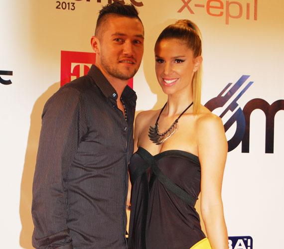 A gyönyörű modell, Dukai Regina párjával, a jelenleg az olasz Ascoli csapatában focizó Feczesin Róberttel állt a fotósok elé.