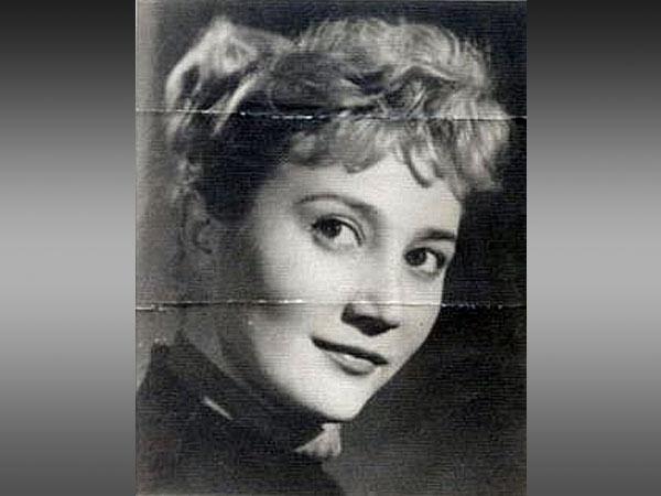 Kovács Iby, az Operettszínház primadonnája volt Korda György első felesége. Kapcsolatukat sokáig titkolniuk kellett, mivel Ibynek egy féltékeny udvarlója volt, ebből a kapcsolatból pedig nehezen tudott kilépni. A páros Korda katonai szolgálata előtt házasodott össze, és négy hónapig voltak a való életben házasok, ám papíron mindaddig, amíg az énekes meg nem ismerte Balázs Klárit. Az anyakönyvvezetőnél mondták meg neki, hogy még mindig házas, előbb jó lenne elválni, ha újra nősülni akar.