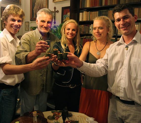 A TV2 Hal a tortán című műsorában 2008 őszén visszatért híres szerepéhez: Hoffer Józsi karakterét magára öltve főzött egykori szereplőtársaira, Csapó Virágra, Halász Gáborra, Somorjai Tiborra és Komonyi Zsuzsira.