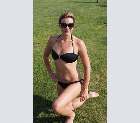 Kovács Ági a Facebook-oldalán közzétett bikinis fotójáért győzhette bezsebelni a bókokat.
