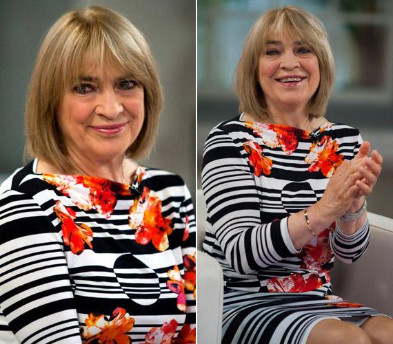 Kovács Kati mosolygós lénye és a vidám, virágos ruha is hozzájárul ahhoz, hogy 70 helyett 45-50 évesnek nézzük.