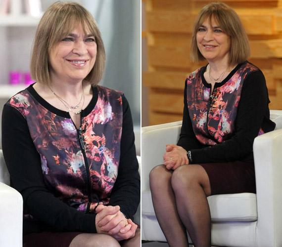 Az énekesnő az utóbbi időben olyan fiatalos ruhákkal bővítette a ruhatárát, mint ez virágos, cipzáras blézer, amit szintén Jakupcsek Gabriella műsorának egyik januári adásában viselt.