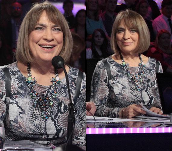 A legvagányabb ruha, melyet Kovács Katin láthattunk A Dal című műsorban, az a második középdöntőben viselt kígyóbőrmintás szürke ruha volt, melyet színes kövekből kirakott virágmintás nyaklánccal dobott fel
