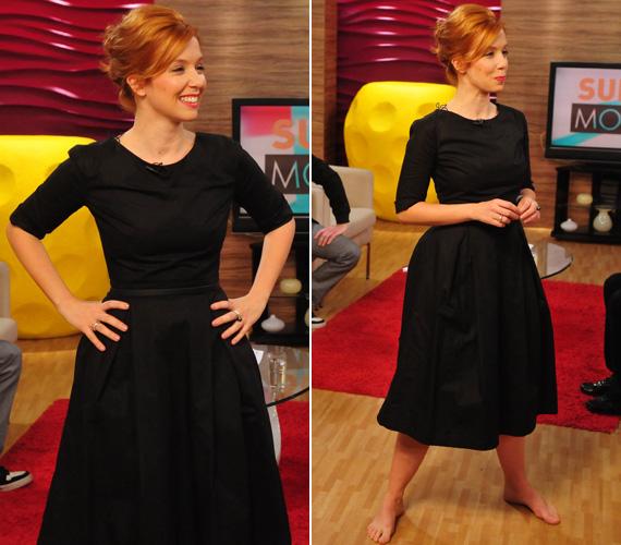 A klasszikus kis fekete koktélruha remekül választás volt a vörös hajú sztár számára.
