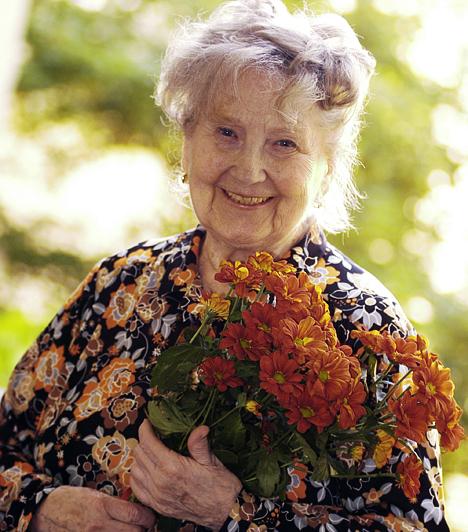 Komlós Juci - Szomszédok                         A kedves arcú színésznőt a Szomszédok Lenke nénijének szerepében egy egész ország a szívébe zárta, hiszen neki mindig volt egy kedves szava a panelház lakóihoz. A színésznő 2011. április 5-én hunyt el.                         Kapcsolódó cikk:                         92 évesen elhunyt Komlós Juci, a Szomszédok Lenke nénije »