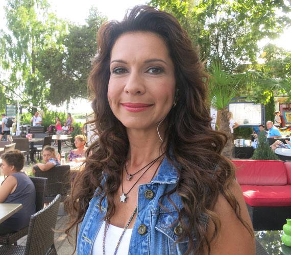 A 35 éves Kraszkó Zita idén először látható a Balatoni nyár műsorvezetőjeként. Kevés magyar műsorvezető meri vállalni, hogy megmutatja a smink nélküli arcát - ő megtette.