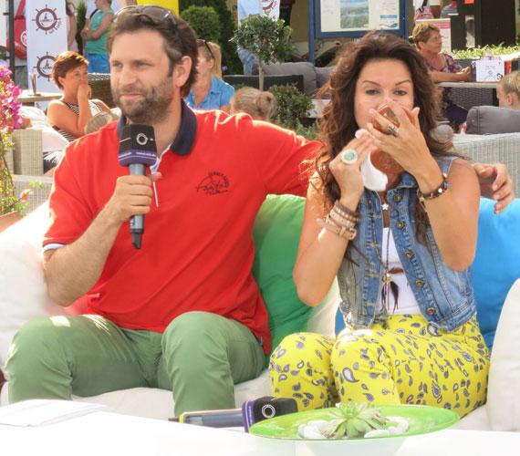 Zita a Duna TV Révfülöpről jelentkező napi magazinjában az adás vége felé a kamerák előtt mosta le a sminkjét.