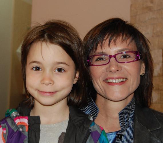 Krizsó Szilvia kislányával érkezett Kandász Andrea Yantra Egészség Centrumának megnyitójára március 29-én.