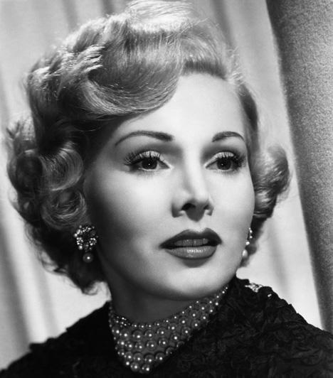 Gábor Zsazsa  Gábor Zsazsa 24 éves korában, 1941-ben költözött Hollywoodba, ahol hamar hírnevet szerzett magának a színészi teljesítményével, szépségével, valamint botrányaival. 1958-ban Golden Globe-különdíjjal tüntették ki.  Kapcsolódó cikk: Válságos az állapota! Kórházba szállították a magyar színésznőt »