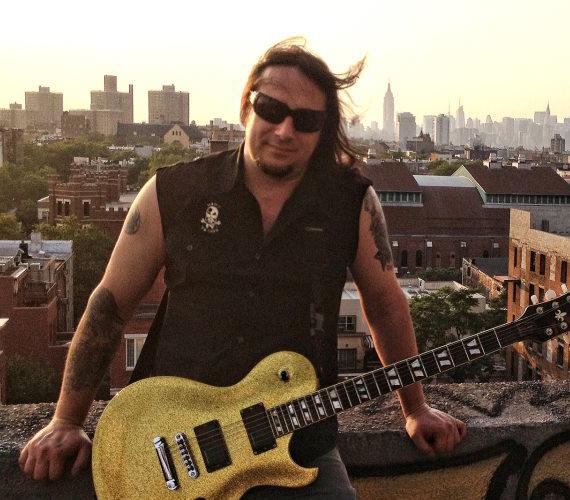A Tankcsapda egykori gitárosa, Molnár Levente, azaz Cseresznye nemrég átköltözött az Egyesült Államokba, hogy ott folytassa pályafutását.
