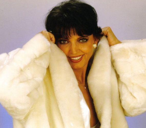 2011. december 24-én önkezével vetett véget életének a 64 éves Mary Zsuzsi. Az énekesnő gyógyszereket vett be, és azokra alkoholt ivott. Csak másnap találtak rá holttestére.