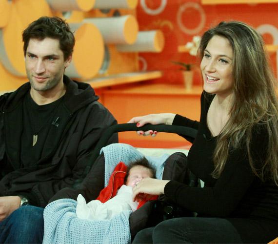 A képen még csak egy hónapos Luca békésen aludt, míg szülei interjút adtak.
