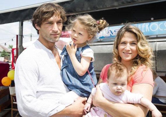 Dietz-Laky Zsuzsi férjével és két kislányukkal egy tavaly novemberben készült családi fotón.