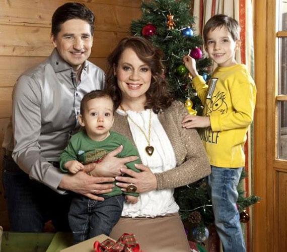 Csisztu Zsuzsa második kisfia, Adrián Mihály 2013. március 4-én látta meg a napvilágot. A sztármami ritkán posztol képet gyermekeiről, de az ünnepekkor például ezzel a bájos családi fotóval kívánt boldog karácsonyt.