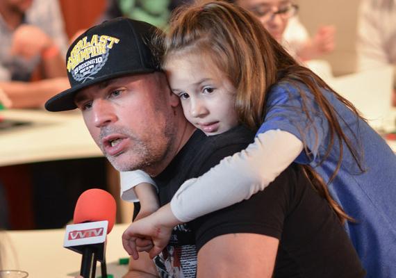 Dopeman többször nyilatkozta már, hogy életében a legfontosabb személy a kislánya, Fanni. Ez a közös fotó is azt mutatja, apa és lánya nagyon közel állnak egymáshoz. Fanni szintén 2007-ben született.