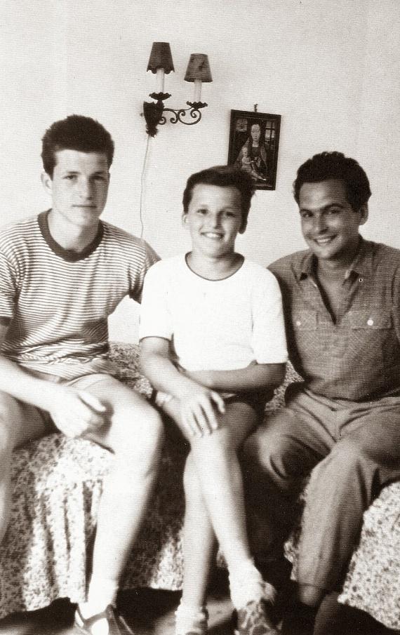 Nem olyan régen került elő ez a régi felvétel, azon balról jobbra a 16 éves Bujtor István, a 12 éves Frenreisz Károly és a 27 éves Latinovits Zoltán látható.