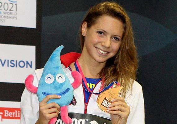 Kapás Boglárka 22 évesen már Európa-bajnok, kétszeres ifjúsági olimpiai bajnok és világbajnoki bronzérmes úszónő. 15 másodperccel javította meg az országos csúcsot a debreceni születésű lány, és ezzel világbajnoki bronzérmes lett, így most biztosan még szélesebb a mosoly az arcán.