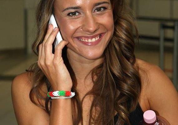 A 21 éves Olasz Anna világ- és Európa-bajnoki ezüstérmes magyar hosszútávúszó. Éppen rettentően szerelmes a szintén úszó Tadas Duskinasba, úgyhogy nemcsak a medencében, de a boldogságban is úszik.