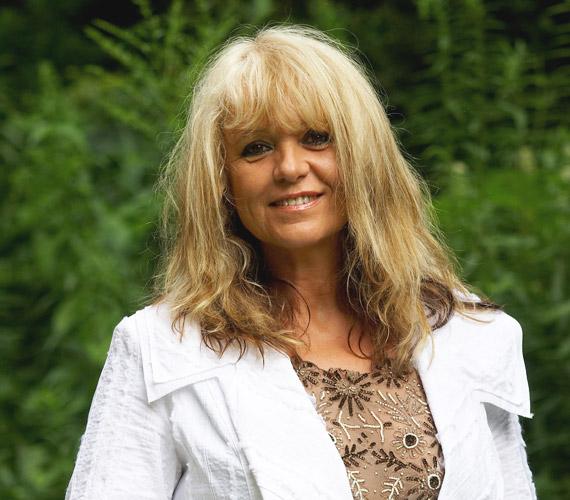 Csepregi Éva a Neoton Família énekesnőjeként lopta be magát szívünkbe. Igaz, már 55 éves, ennek ellenére nemcsak a hangjával, hanem sugárzó szépségével is elkápráztatja a közönséget.                         Csepregi Éváról bővebben a sztárlexikonban olvashatsz.