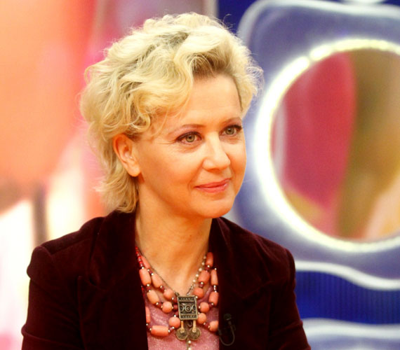 Eszenyi Enikő 51 éves, ám jó pár évet letagadhatna. Kossuth- és Jászai Mari-díjas színésznőnket főként színházi munkái révén ismertük meg, de a tévénézők a Megasztár zsűrijében is láthatták.                         Eszenyi Enikőről bővebben a sztárlexikonban olvashatsz.