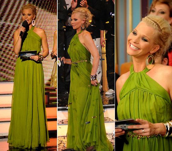 Az egyik legelegánsabb viselet ez a hosszú, zöld ruha volt, amelyet aranyszínű övvel díszítettek a derekán.
