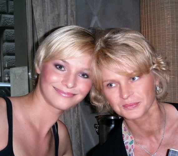 Lilu, az RTL Klub műsorvezetője, illetve ritkán látott, gyönyörű édesanyja, aki inkább a tévés nővérének néz ki ezen a fotón.
