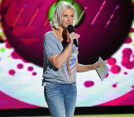 A Való Világ 5 második beszavazó show-ján megújult külsővel: laza szerelésben, hosszú, világos hajjal köszöntötte a nézőket és a leendő játékosokat.
