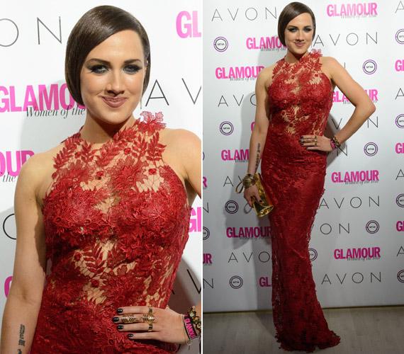 Tóth Gabi a Glamour-gálán vett részt Sármán Nóra egy földig érő csipkekreációjában.