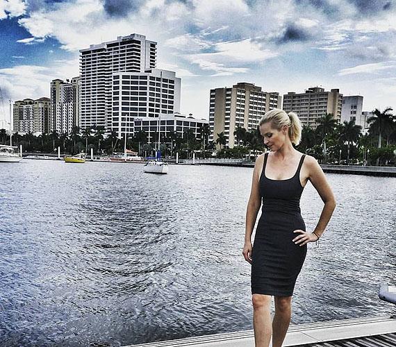 Floridában készült ez a kép a Keresem a családom című műsor során. Lilu egyenesen olyan, mint egy amerikai modell, aki éppen a háta mögött látható épületeket reklámozza, de igazából senki sem figyel a hirdetésre, olyan jól néz ki. Nádszálvékony, mégsem túl sovány - végre megtalálta az egyensúlyt.