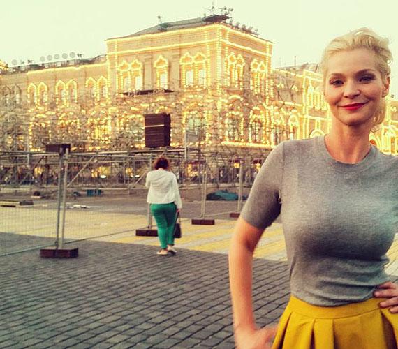 A műsor kapcsán Moszkvában is felkeresett embereket a műsorvezető, aki egyébként divatblogger is. A divathoz való hozzáértése meg is látszik ezen az összeállításon, Lilu pazarul fest, és magabiztosan néz a kamerába.